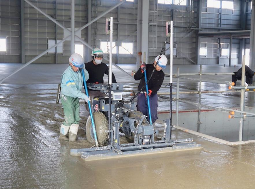 レーザースクリードで土間コンクリートの均しを効率化