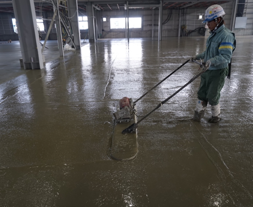 再振動締固めで土間コンクリートのひび割れ予防