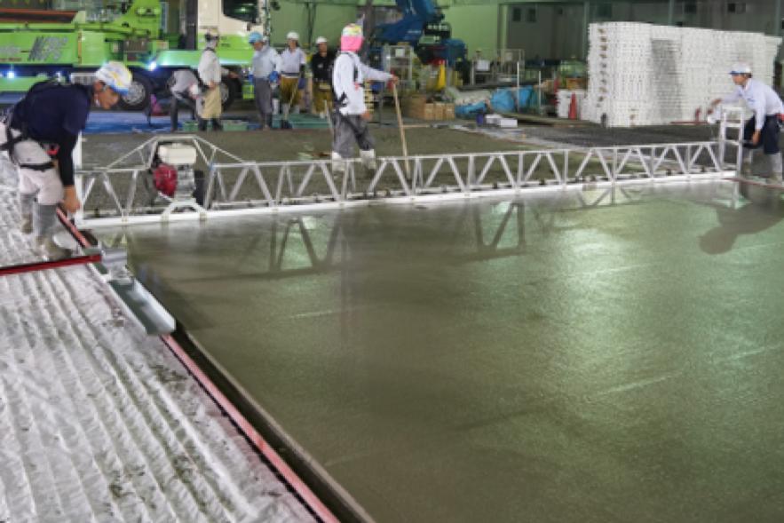 フラットトラス工法で不陸のない大平米の土間コンクリートを