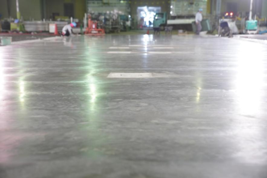 フラットトラス工法で土間コンクリートの高いレベル精度を実現