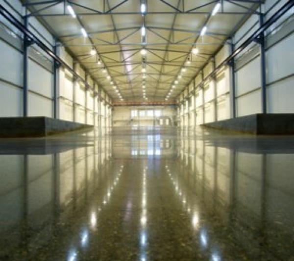 次世代の物流倉庫は粉塵対策に表面強化剤を
