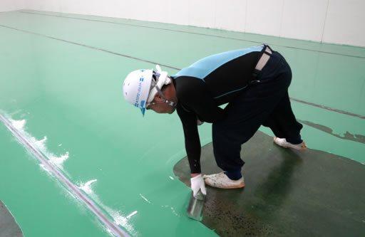 厚膜の塗り床工事はコテで