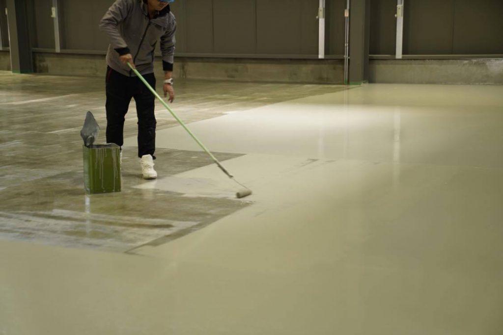 薄膜の塗り床工事はローラーで